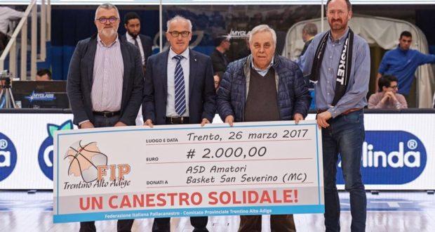Il presidente Ciclosi e il diesse Grillo ricevono la donazione del movimento cestistico trentino