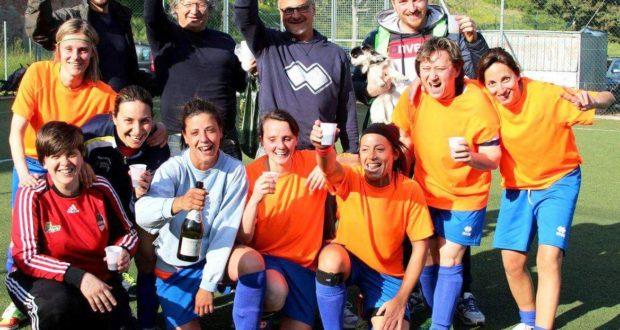 Giocatrici e staff tecnico brindano al successo