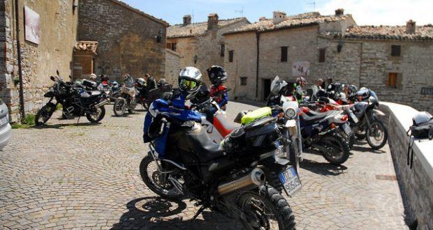 Moto in sosta nella piazzetta di Elcito