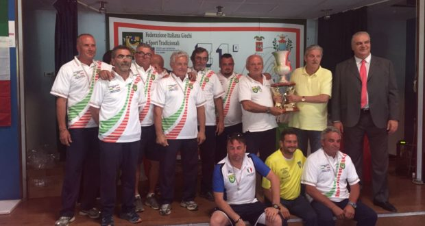 Angelo Possanzini alza il trofeo che vale lo scudetto