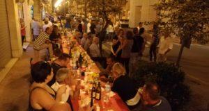 Un viale in festa per la cena promossa dai commercianti