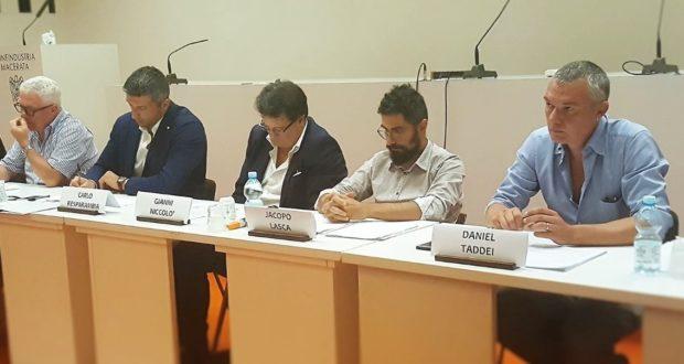 In primo piano (a destra) il segretario provinciale della Cgil, Daniel Taddei