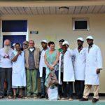 """I medici della clinica assieme ai volontari di """"Sorrisi per l'Etiopia"""", a padre Gianni Pioli e padre Gino Binanti di San Severino, missionario lì dal 1971"""