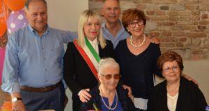 La centenaria Silvia con i figli e il sindaco Rosa Piermattei