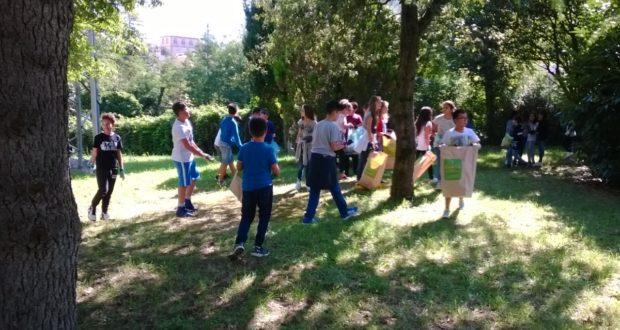 """""""Puliamo il mondo"""": alunni in azione (foto d'archivio)"""