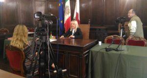 Il sindaco durante la registrazione dell'intervista