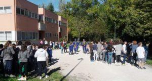 Alunni impegnati nell'evacuazione