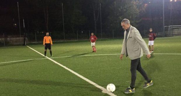 Il calcio d'avvio dato da Sergio Brio