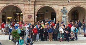 I partenti nella foto di rito davanti al municipio settempedano