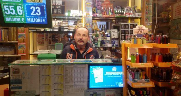 Silvano Cipolletti nella tabaccheria di via Roma