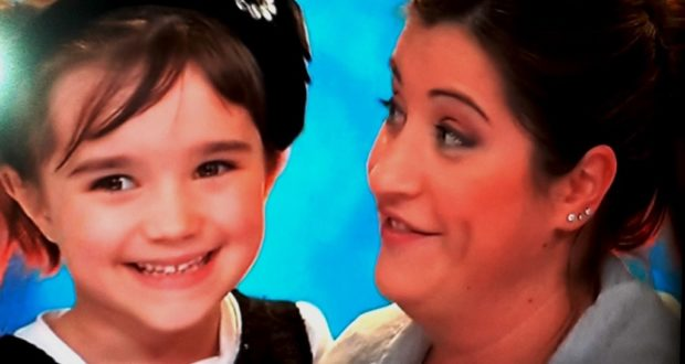 """Nicole con la mamma durante la finale dello """"Zecchino d'oro"""""""