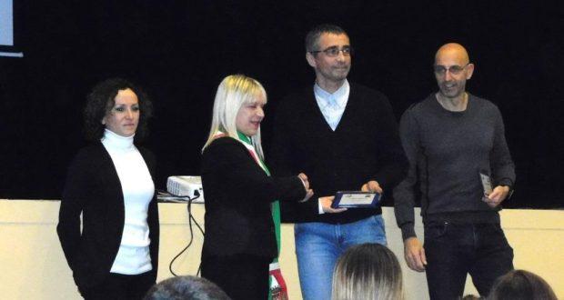 Il sindaco Rosa Piermattei premia Alberto Cambio