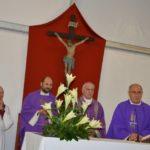 Don Luca all'altare insieme con il vescovo Brugnaro, sacerdoti e diaconi di San Severino