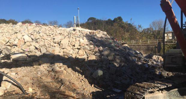 Demolizione completata: del vecchio edificio resta solo un cumulo di macerie