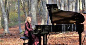 Cinzia Pennesi suona il piano tra i faggi di Canfaito