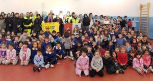 La foto di gruppo nella palestra della scuola di Cesolo