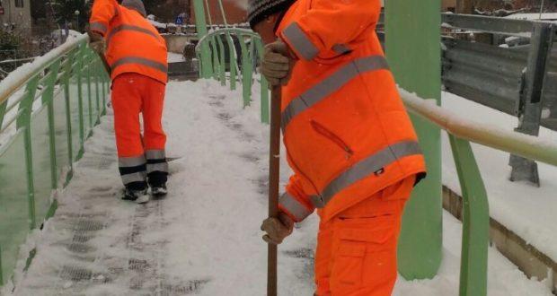 Spalatori all'opera per liberare dalla neve il nuovo ponte al rione Di Contro