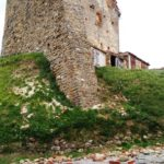 L'edifico a ridosso della torre di Isola