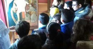 Gli alunni seguono il laboratorio di restauro