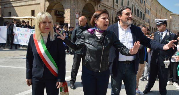 Il Commissario De Micheli in piazza con il sindaco e il preside Luciani