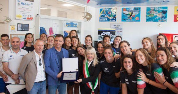 Le azzurre con il sindaco e l'assessore allo Sport all'interno della piscina di Taccoli