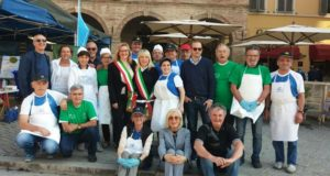 Foto di gruppo davanti al teatro Feronia