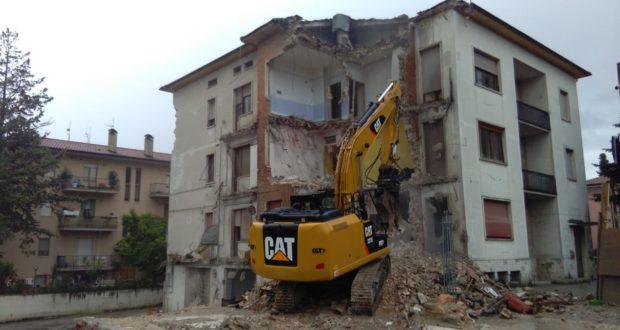 Lavori di demolizione della palazzina di viale Settempeda