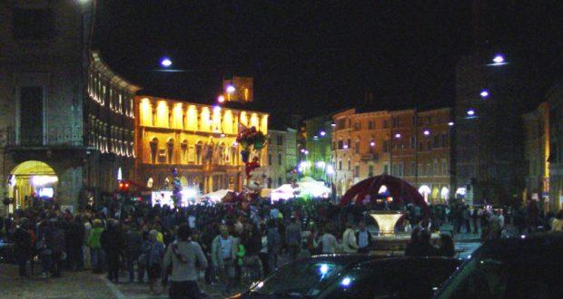 Un'immagine della piazza durante la passata edizione di Nottambula