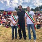Il sindaco Rosa Piermattei con Neri Marcorè