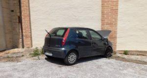 L'auto finita contro il muro