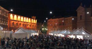 Un'immagine della piazza gremita di persone durante la Sagra della porchetta