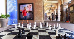 Partita a scacchi sotto i portici