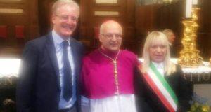 Il nuovo vescovo Francesco Massara con il sindaco Rosa Piermattei e l'assessore comunale Tarcisio Antognozzi