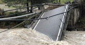 Un ponte crollato per la violenza delle acque