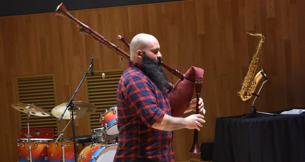 Luca Paciaroni e una delle sue cornamuse