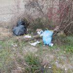 Sacchetti gettati a terra in aperta campagna