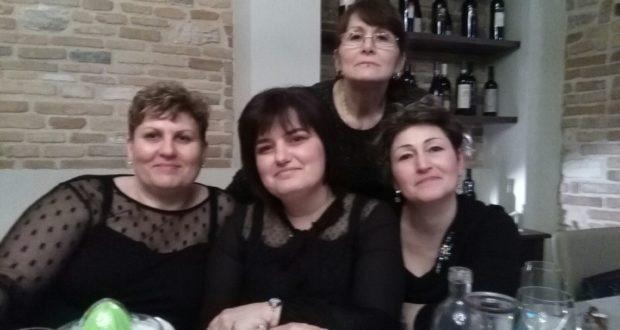 Katy Lancioni (la prima a destra) durante una cena con le colleghe