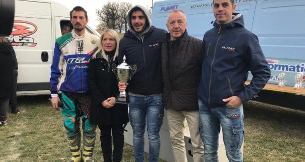 Il pilota Bazzurri premiato dal sindaco Rosa Piermattei e dall'assessore allo Sport, Paoloni. Con loro anche Simoncini ( asinistra) e Scattolini (a destra)