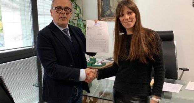 Cristina Marcucci consegna a Maccioni la petizione con quasi 6 mila firme