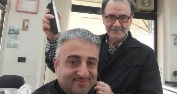 Marco Piantoni all'opera con uno degli ultimi clienti, Massimo Leonori