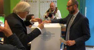 Vittorio Sgarbi al seggio con il presidente Francesco Rapaccioni