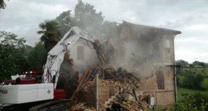 L'edificio demolito lungo la strada per Serrapetrona