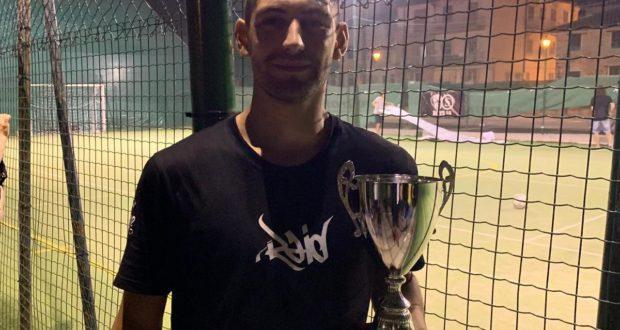 Romario Selita con il trofeo vinto nel calcetto