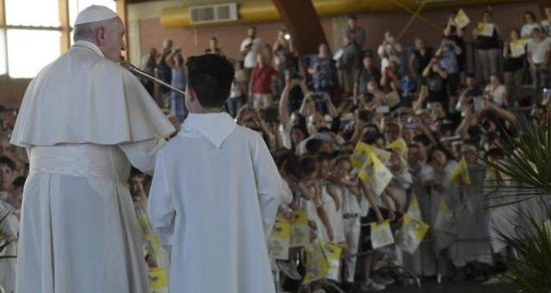 Il Papa saluta i bambini della Prima comunione