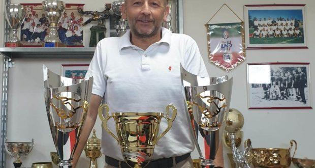 Il presidente Crescenzi con i trofei ricevuti ad Ancona