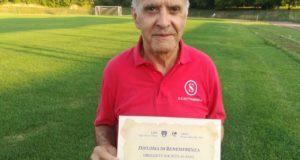 Nando Ciavaroli mostra il diploma di merito ricevuto a Roma