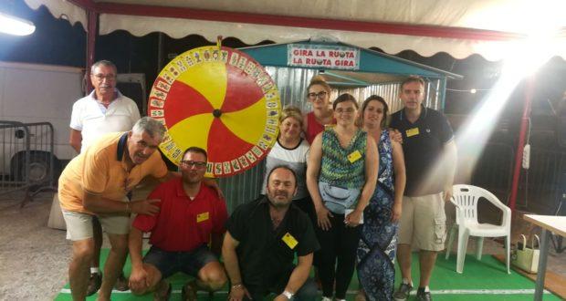 Volontari impegnati nel gioco della ruota (foto d'archivio)