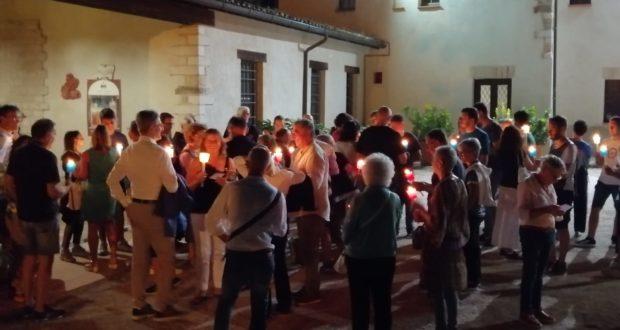 Il convento dei frati cappuccini con alcuni dei partecipanti alla fiaccolata di sabato 10 agosto