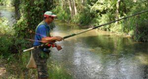 Un pescatore in azione lungo il Potenza