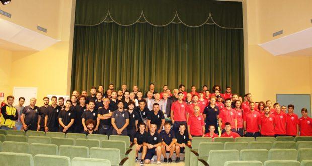 La foto di gruppo con le squadre al via della nuova stagione